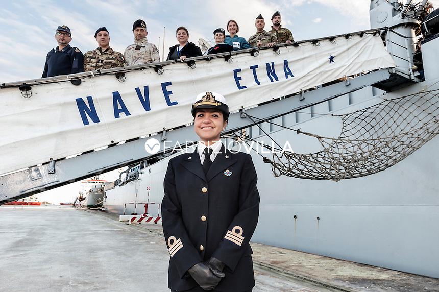 Serena Petrucciuolo. Tenente di Vascello Medico di bordo di Nve Etna della Marina Militare. Sulla scaletta lo staff sanitario della Nave.