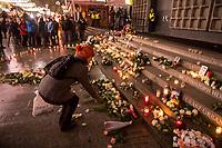 Gedenken am Dienstag den 19. Dezember 2017 anlaesslich des 1. Jahrestag des Terroranschlag auf den Weihnachtsmarkt auf dem Berliner Breitscheidplatz am 19.12.2016 durch den Terroristen Anis Amri.<br /> Im Bild: Eine Frau legt eine Rose am Gedenkort nieder.<br /> 19.12.2017, Berlin<br /> Copyright: Christian-Ditsch.de<br /> [Inhaltsveraendernde Manipulation des Fotos nur nach ausdruecklicher Genehmigung des Fotografen. Vereinbarungen ueber Abtretung von Persoenlichkeitsrechten/Model Release der abgebildeten Person/Personen liegen nicht vor. NO MODEL RELEASE! Nur fuer Redaktionelle Zwecke. Don't publish without copyright Christian-Ditsch.de, Veroeffentlichung nur mit Fotografennennung, sowie gegen Honorar, MwSt. und Beleg. Konto: I N G - D i B a, IBAN DE58500105175400192269, BIC INGDDEFFXXX, Kontakt: post@christian-ditsch.de<br /> Bei der Bearbeitung der Dateiinformationen darf die Urheberkennzeichnung in den EXIF- und  IPTC-Daten nicht entfernt werden, diese sind in digitalen Medien nach §95c UrhG rechtlich geschuetzt. Der Urhebervermerk wird gemaess §13 UrhG verlangt.]