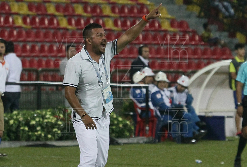 BUCARAMANGA - COLOMBIA, 06-10-2019: Sergio Novoa técnico del Bucaramanga gesticula durante partido por la fecha 15 entre Atlético Bucaramanga y Deportivo Independiente Medellín como parte de la Liga Águila II 2019 jugado en el estadio Alfonso López de la ciudad de Bucaramanga. / Sergio Novoa coach of Bucaramanga gestures during Match for the date 15 between Atletico Bucaramanga and Deportivo Independiente Medellin as a part Aguila League II 2019 played at Alfonso Lopez stadium in Bucaramanga city. Photo: VizzorImage / Oscar Martinez / Cont