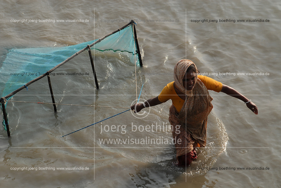 BANGLADESH, Division Khulna, village Kalabogi at river Shibsha close to the Bay of Bengal , women catch shrimp larvae for shrimp cultivation  / BANGLADESCH, Dorf Kalabogi am Fluss Shibsha, Frauen fangen Shrimpslarven fuer die Shrimpszucht