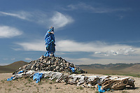 Mongolia ovoo (Mongolian: овоо, heap) is a type of shamanistic cairn  usually made from rocks Tumulo di origine sciamanica, fatto generalmente di pietre e stracci