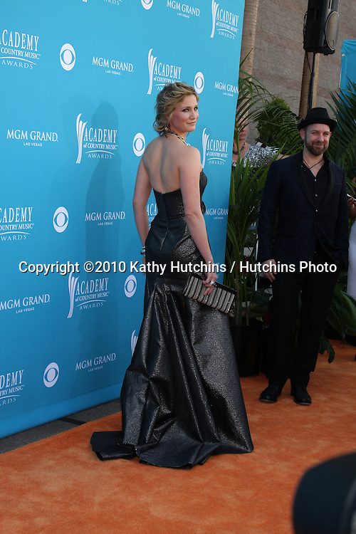 Jennifer Nettles.arrives at the Academy of Country Music Awards 2010.MGM Garden Arena.Las Vegas, NV.April 18, 2010.©2010 Kathy Hutchins / Hutchins Photo....