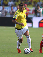 BARRANQUILLA  - COLOMBIA - 8-10-2015: Edwin Cardona  jugador de la seleccion Colombia  disputa el balon con  la seleccion Peru durante primer partido  por por las eliminatorias al mundial de Rusia 2018 jugado en el estadio Metropolitano Roberto Melendez  / : Edwin Cardona  player of Colombia  fights for the ball with xxxx of selection of Peru during first qualifying match for the 2018 World Cup Russia played at the Estadio Metropolitano Roberto Melendez. Photo: VizzorImage / Felipe Caicedo / Staff.