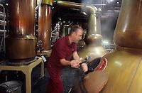 """Europe/Grande Bretagne/Ecosse/Moray/Speyside/Keith : Distillerie Strathisla Whisky Chivas - La distillation du wash dans des alambics en cuivre """"pot-stills"""" [Non destiné à un usage publicitaire - Not intended for an advertising use] [Non destiné à un usage publicitaire - Not intended for an advertising use]"""