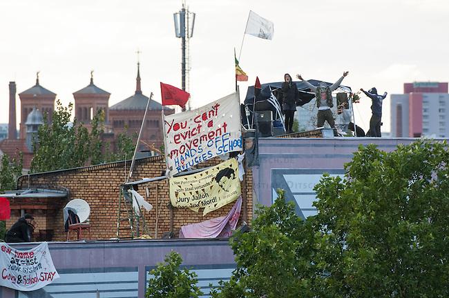 Fluechtlingsprotest auf dem Dach der Gerhard-Hauptmann-Schule in der Ohlauer Strasse in Berlin-Kreuzberg.<br /> Seit dem 24. Juni 2014 haben harren Fluechtlinge und deren Unterstuetzer auf dem Dach der Gerhard-Hauptmann-Schule aus. Sie hatten sich geweigert dem sog. &quot;Freiwilligen Umzug&quot; zu folgen, der vom Gruenen Bezirksstadtrat Hans Panhoff angeordnet worden war. Die Polizei war bei der als &quot;Umzug&quot; geschoenten Raeumung mit gezogenen Maschinenpistolen angerueckt.<br /> Baustadtrat Panhoff hat am 1. Juli 2014 die polizeiliche Raeumung des Schulgebaeudes beantragt. Einige der Fluechtlinge haben angekuendigt, im Fall der Raeumung vom Dach zu springen. &quot;Wir haben nichts mehr zu verlieren!&quot; sagen sie.<br /> Die Polizei hat seit dem 24. Juni mit ueber 1.000 Beamten saemtliche Strassen um die Schule abgeriegelt. Anwohner duerfen nur nach Personalienfeststellung in ihre Wohnungen, Geschaefte und Gewerbe koennen keine Kundschaft mehr empfangen. Anwohner die gegen das Vorgehen der Polizei protestieren werden von Beamten drangsaliert, geschlagen und verletzt. Mehrere Personen, darunter auch Kinder mussten zum Teil mit Kieferbruch ins Krankenhaus.<br /> Am Abend des 2. Juli 2014 konnte eine Einigung zwischen Fluechtlingen und Bezirksamt eine Einigung erziehlt werden, die den Fluechtlingen einen Verbleib im Hause garantiert. Daraufhin wurden die Polizeimassnahmen beendet.<br /> Im Bild: Blick auf das Dach der besetzten Schule.<br /> 2.7.2014, Berlin<br /> Copyright: Christian-Ditsch.de<br /> [Inhaltsveraendernde Manipulation des Fotos nur nach ausdruecklicher Genehmigung des Fotografen. Vereinbarungen ueber Abtretung von Persoenlichkeitsrechten/Model Release der abgebildeten Person/Personen liegen nicht vor. NO MODEL RELEASE! Don't publish without copyright Christian-Ditsch.de, Veroeffentlichung nur mit Fotografennennung, sowie gegen Honorar, MwSt. und Beleg. Konto: I N G - D i B a, IBAN DE58500105175400192269, BIC INGDDEFFXXX, Kontakt: post@christi