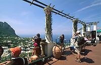 Italien, Capri, Terrasse bei Endstation der Seilbahn in Ort Capri......