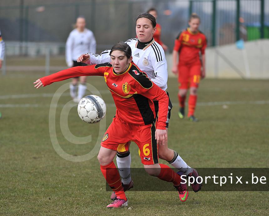 Belgie U17 - Duitsland U17 : Noemie Gelders aan de bal voor Rieke Dieckmann.foto DAVID CATRY / Vrouwenteam.be
