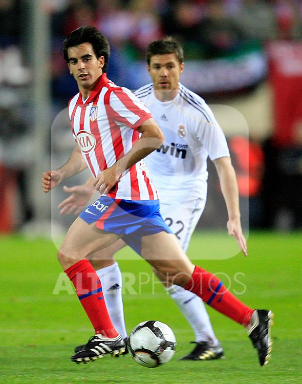 Atletico de Madrid's Jose Manuel Jurado (f) and Real Madrid's Xabi Alonso (b) during La Liga match. November 7 2009. .(ALTERPHOTOS/Acero).