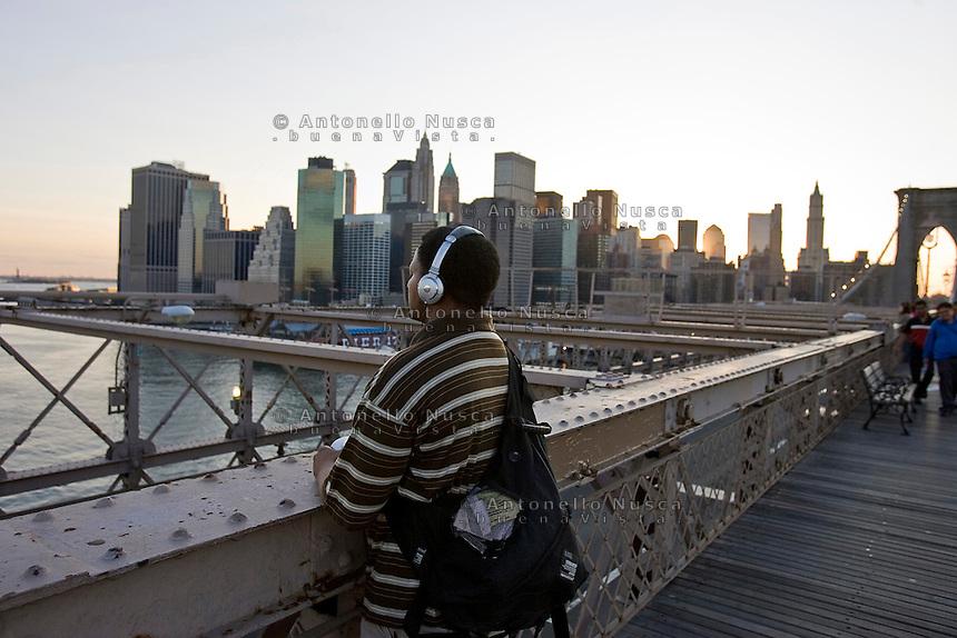 New York, Usa, Giugno 2007. Un uomo ascolta musica sul Ponte di Brooklyn.
