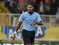 BOGOTÁ -COLOMBIA, 20-01-2015. Ulises Arrieta, arbitro, durante el encuentro entre Cúcuta Deportivo y Deportes Quindio por la fecha 3 de los cuadrangulares de ascenso Liga Aguila 2015 jugado en el estadio Metropolitano de Techo de la ciudad de Bogotá./ Ulises Arrieta, referee, during the match between Cucuta Deportivo and Deportes Quindio for the third date of the promotional quadrangular Aguila League 2015 played at Metropolitano de Techo stadium in Bogotá city. Photo: VizzorImage/ Gabriel Aponte / Staff
