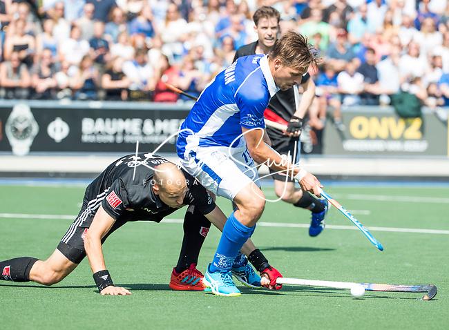 UTRECHT -  Bjorn Kellerman (Kampong) met Justin Reid-Ross (A'dam) tijdens   de finale van de play-offs om de landtitel tussen de heren van Kampong en Amsterdam (3-1). COPYRIGHT  KOEN SUYK