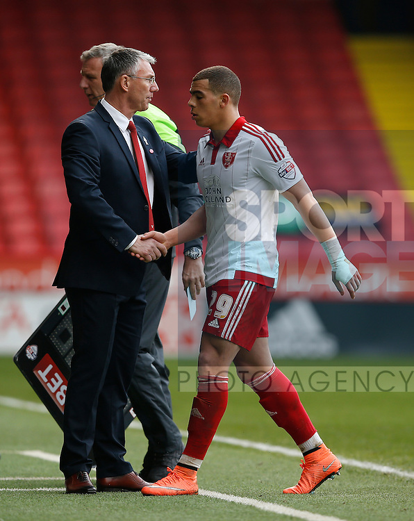 Che Adams of Sheffield Utd is substituted by Nigel Adkins manager of Sheffield Utd during the Sky Bet League One match at The Bramall Lane Stadium.  Photo credit should read: Simon Bellis/Sportimage