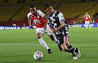 BOGOTÁ - COLOMBIA, 15-09-2018: Victor Giraldo (Izq.) jugador del Independiente Santa Fe  disputa el balón con Juan Duque (Der.) jugador del Boyacá Chicó durante partido por la fecha 10 de la Liga Águila II 2018 jugado en el estadio Nemesio Camacho El Campín de la ciudad de Bogotá. / Victor Giraldo (L) player of Independiente Santa Fe fights for the ball with Juan Duque (R) player of Boyaca Chico during the match for the date 10 of the Liga Aguila II 2018 played at the Nemesio Camacho El Campin Stadium in Bogota city. Photo: VizzorImage / Felipe Caicedo / Staff.