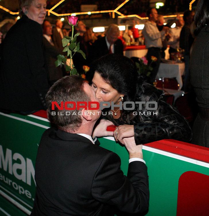 Bremer Sixdays - Sechs - Tage - Rennen - AWD DOME<br /> <br /> 10.01.2008 - 15.01.2008 Tag 2<br /> <br /> Frank Mindermann (Veranstalter 6-Tage-Rennen) feiert. Er ueberreicht eine Rote Rose.<br /> <br /> Foto &not;&copy; nph ( nordphoto )
