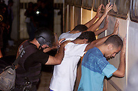 Após vários dias de revolta os detentos do presídio Dr. José Mario Alves da Silva, conhecido como Urso Branco resolvem encerrar a rebelião . Parte do acordo contou com a transferência de 30 detentos que fofram revistados a saída do presídio. Os 1.000 presos se rebelaram desde o último domingo. Até o momento 9 mortes já foram confirmadas  desde sexta feira passada, .<br />22/04/2004.<br />Porto Velho, Rondônia Brasil<br />Foto Paulo Santos/Interfoto