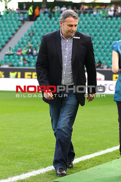 28.04.2012, Volkswagen Arena, Wolfsburg, VfL Wolfsburg vs Werder Bremen, im Bild Klaus Allofs (manager SV Werder Bremen) sucht den Weg<br /> <br /> // during the Match VfL Wolfsburg vs Werder Bremen, Volkswagen Arena, Wolfsburg, Germany, on 2012/04/28<br /> Foto &copy; nph / Sielski *** Local Caption ***