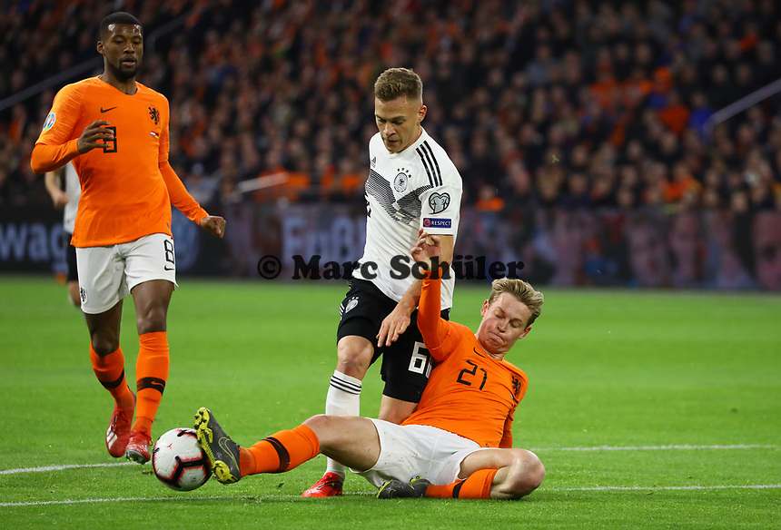 Frenkie de Jong (Niederlande) trennt Joshua Kimmich (Deutschland Germany) vom Ball - 24.03.2019: Niederlande vs. Deutschland, EM-Qualifikation, Amsterdam Arena, DISCLAIMER: DFB regulations prohibit any use of photographs as image sequences and/or quasi-video.