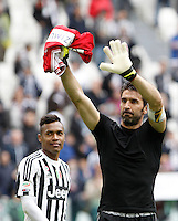 Calcio, Serie A: Juventus vs Carpi. Torino, Juventus Stadium, 1 maggio 2016.<br /> Juventus' Alex Sandro, left, and Gianluigi Buffon greet fans at the end of the Italian Serie A football match between Juventus and Carpi at Turin's Juventus Stadium, 1 May 2016. Juventus won 2-0.<br /> UPDATE IMAGES PRESS/Isabella Bonotto