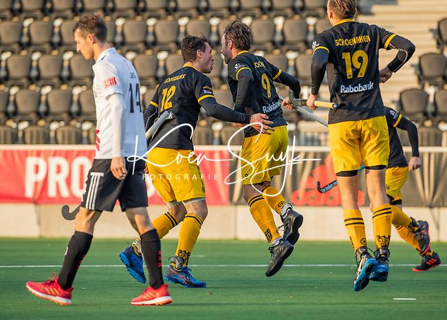 AMSTELVEEN - Sebastian Dockier (Den Bosch) heeft gescoord, met links Arjen Lodewijks (Den Bosch)   tijdens de competitie hoofdklasse hockeywedstrijd mannen, Amsterdam- Den Bosch (2-3).  COPYRIGHT KOEN SUYK