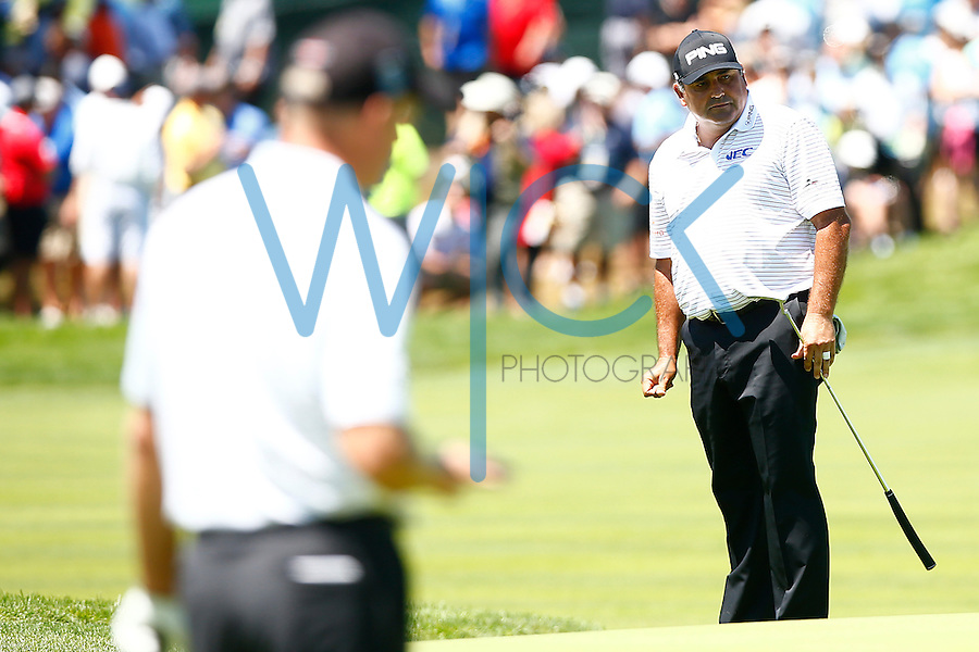 Angel Cabrera watches his putt on the 18th green during the 2016 U.S. Open in Oakmont, Pennsylvania on June 17, 2016. (Photo by Jared Wickerham / DKPS)