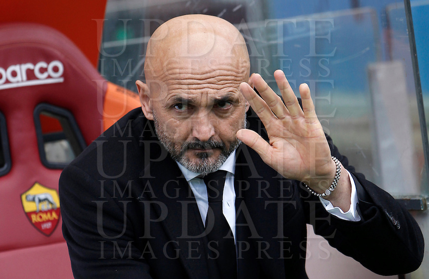 Calcio, Serie A: Roma vs Hellas Verona. Roma, stadio Olimpico, 17 gennaio 2016.<br /> Roma&rsquo;s coach Luciano Spalletti waves prior to the start of the Italian Serie A football match between Roma and Hellas Verona at Rome's Olympic stadium, 17 January 2016.<br /> UPDATE IMAGES PRESS/Isabella Bonotto
