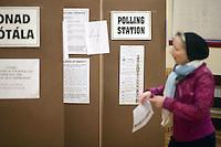DUB12 DUBLIN (IRLANDA) 25/2/2011.- Una mujer se prepara para votar en un colegio electoral en Castlebar (Irlanda), durante los comicios legislativos que se celebran hoy, viernes 25 de febrero de 2011. Más de tres millones de personas están llamadas a votar para elegir a sus representantes para los próximos cinco años en las 43 circunscripciones del país. Dado que las encuestas dan como ganador al principal partido de la oposición, el conservador Fine Gael (FG) de Enda Kenny, el resto de los partidos irlandeses han apelado a la participación masiva de los votantes para evitar la elección de un Gobierno con mayoría absoluta.EFE/PAUL MCERLANE...