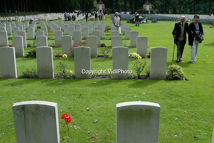 Foto: VidiPhoto..OOSTERBEEK - Britse veteranen zoeken woensdag op de .Airborne-begraafplaats in Oosterbeek naar het graf van hun gevallen kameraden. De oorlogshelden verblijven deze week bij gastgezinnen in de omgeving voor de 60-jarige herdenking van de operatie Market Garden. Hoewel zondag de officiële herdenking pas plaatsvindt, brengen veel veteranen nu al een bezoek aan het militaire ereveld.