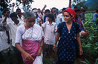 INDIA, state Madhya Pradesh, Narmada river and dams, tribal village Domkhedi, rally with Medha Patkar the leader of NBA Narmada Bachao Andolan, movement to save the Narmada and writer Arundhati Roy against big dams / INDIEN, Narmada Fluss und Staudaemme, Dorf Domkhedi, Demonstration mit Medha Patkar, Arundhati Roy und Adivasi gegen Staudaemme