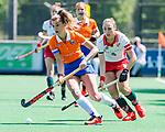 BLOEMENDAAL - Merel Aarts (Bldaal) met Colette de Beaumont (MOP) tijdens de tweede Play Out wedstrijd hockey dames, Bloemendaal-MOP (5-1)  COPYRIGHT KOEN SUYK