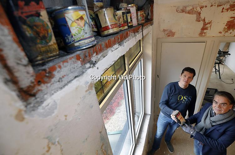 Foto: VidiPhoto<br /> <br /> NIJMEGEN &ndash; De gevonden oorlogsschatten in de verborgen ruimten van een Nijmeegse woning aan de Kwakkenbergweg, zijn donderdag ingepakt en opgehaald door medewerkers van het Nationaal Bevrijdingsmuseum in Groesboek. Een maand geleden ontdekte eigenaar Rutger Hoeting (blauwe trui) bij een verbouwing in een drietal geheime bergplaatsen achter panelen een voedselvoorraad uit de Tweede Wereldoorlog. In totaal gaat het om ruim honderd blikken met groenten, jam (Flipje), havermout en andere meelsoorten. Vermoedelijk valt er nog meer te ontdekken als de andere ruimten aan de beurt zijn. Waarom er tijdens de voedselschaarste van 1944 niet gebruik is gemaakt van de enorme voedselbron, is onbekend. De eigenaar tijdens de oorlogsjaren was directeur van een steenfabriek. Aan de buitenzijde van de woning zijn ook nog diverse inslagen van granaatscherven zichbaar en onder het huis bevindt zich nog een schuilkelder. Het Bevrijdingsmuseum gaat de blikken voedsel in de toekomst gebruiken voor projectexposities over hamsteren in de oorlog. Voorlopig worden ze opgeslagen in het depot. Volgens directeur Wiel Lenders (met das) wordt er zeker niet geproefd van de etenswaren. &ldquo;Een museum eet zijn eigen collectie niet op.&rdquo;