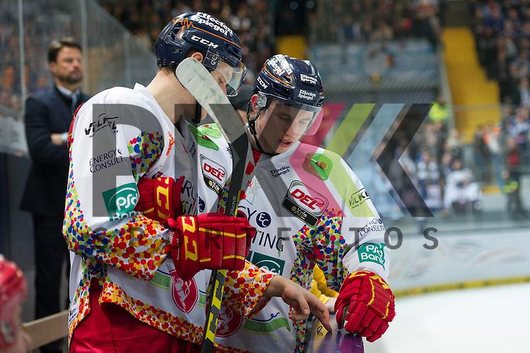 Im Bild Corey MAPES (D&uuml;sseldorfer EG, 24), Marcel BRANDT (D&uuml;sseldorfer EG, 92) besprechen die Spielz&uuml;ge  beim Spiel in der DEL, EHC Red Bull Muenchen (blau) - Duesseldorfer EG (weiss).<br /> <br /> Foto &copy; PIX-Sportfotos *** Foto ist honorarpflichtig! *** Auf Anfrage in hoeherer Qualitaet/Aufloesung. Belegexemplar erbeten. Veroeffentlichung ausschliesslich fuer journalistisch-publizistische Zwecke. For editorial use only.