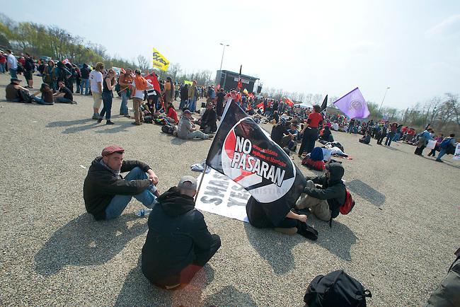 Proteste anlaesslich des 60. Geburtstag der NATO<br />Ca. 30.000 Menschen aus Deutschland und Frankreich versammelten sich am Samstag den 4. April 2009 im baden-wuertimbergischen Kehl und franzoesischen Strassbourg um dort gegen den 60. Geburtstag der NATO zu protestieren. Die Proteste wurden ueberschattet von massiven Auseinandersetzungen mit der franzoesischen Polizei.<br />Im Bild: Demonstranten auf der Abschlusskundgebung der franzoesichen Demonstration in Strassbourg.<br />4.4.2009, Strassbourg<br />Copyright: Christian-Ditsch.de<br />[Inhaltsveraendernde Manipulation des Fotos nur nach ausdruecklicher Genehmigung des Fotografen. Vereinbarungen ueber Abtretung von Persoenlichkeitsrechten/Model Release der abgebildeten Person/Personen liegen nicht vor. NO MODEL RELEASE! Don't publish without copyright Christian Ditsch/version-foto.de, Veroeffentlichung nur mit Fotografennennung, sowie gegen Honorar, MwSt. und Beleg. Konto: Konto: I N G - D i B a, IBAN DE58500105175400192269, BIC INGDDEFFXXX, Kontakt: post@christian-ditsch.de Urhebervermerk wird gemaess Paragraph 13 UHG verlangt.]
