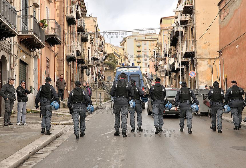 Termini Imerese, the city was living mainly around the Fiat factory which is about to close: strike of trade unionists to protest against .Termini Imerese, la citta' vive l'incertezza di un destino costruito intorno alla Fiat che chiude il suo stabilimento nel 2011.