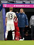 23.05.2020, Allianz Arena, München, GER, 1.FBL, FC Bayern München vs Eintracht Frankfurt 23.05.2020 , <br /><br />Nur für journalistische Zwecke!<br /><br />Gemäß den Vorgaben der DFL Deutsche Fußball Liga ist es untersagt, in dem Stadion und/oder vom Spiel angefertigte Fotoaufnahmen in Form von Sequenzbildern und/oder videoähnlichen Fotostrecken zu verwerten bzw. verwerten zu lassen. <br /><br />Only for editorial use! <br /><br />DFL regulations prohibit any use of photographs as image sequences and/or quasi-video..<br />im Bild<br />Martin Hinteregger (Frankfurt) klatscht bei Trainer Hans Flick (München) ab <br /> Foto: Peter Schatz/Pool/Bratic/nordphoto