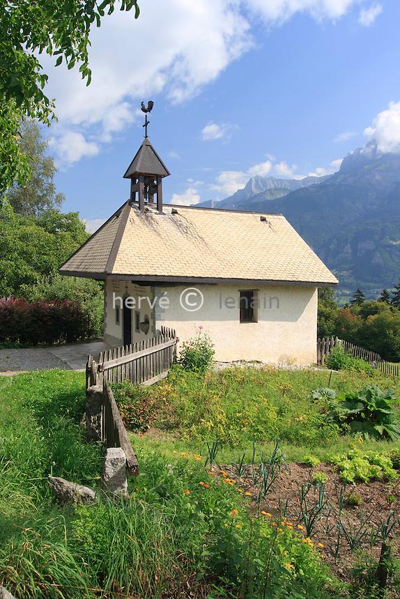 France, Haute-Savoie (74), Combloux, hameau de Medonnet, la chapelle de Medonnet restaurée en 2000, et le potager d'Isabelle // France, Haute Savoie, Combloux, hamlet of Medonnet, the chapel of Medonnet restored in 2000, and Isabelle's kitchen garden