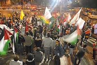 RIO DE JANEIRO, RJ, 29.07.2014 - PROTESTO GAZA - Cerca de 200 manifestantes se concentraram em frente à Câmara Municipal do Rio de Janeiro, no Centro da cidade, nesta terça-feira (29), para protestar contra o conflito na Faixa de Gaza, que já deixou mais de mil palestinos mortos. (Foto: Marcus Victorio / Brazil Photo Press).