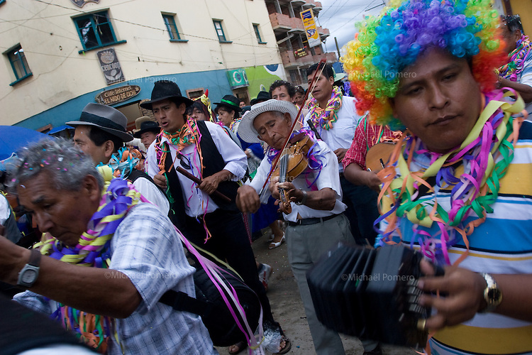 14.02.2010 Coroico(Bolivia)<br /> <br /> Musicians playing during the parade of the carnival.<br /> <br /> Musiciens en train de défiler pendant le carnaval.