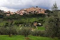 Italien, Latium, Bergdorf Caspéria in der Region Sabina mit den Monti Sabini   Italy, Lazio, Region Sabina: mountain village Caspéria with Monti Sabini mountains