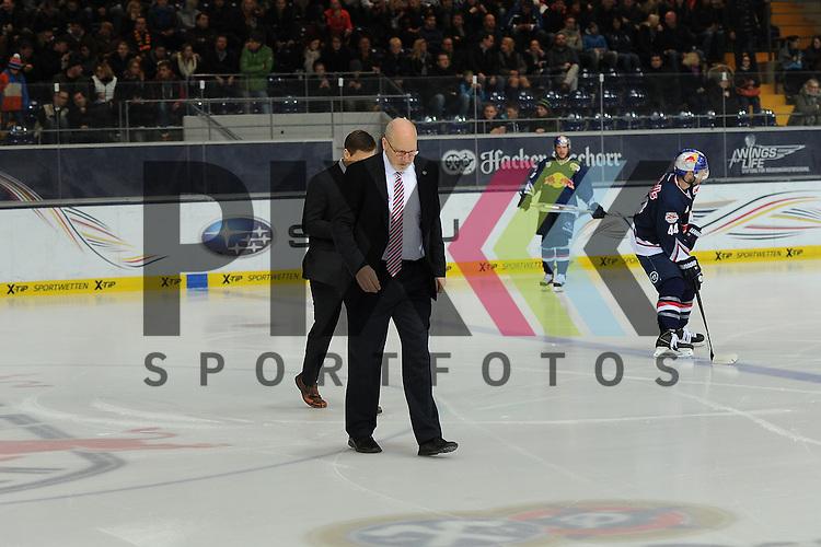Eishockey, Playoff, Viertelfinale, DEL, Playoff Viertelfinale, EHC Red Bull M&uuml;nchen - Grizzly Adams Wolfsburg. <br /> <br /> Im Bild rutschige Angelegenheit heute f&uuml;r Trainer Don JACKSON (EHC Red Bull M&uuml;nchen). <br /> <br /> Foto &copy; P-I-X.org *** Foto ist honorarpflichtig! *** Auf Anfrage in hoeherer Qualitaet/Aufloesung. Belegexemplar erbeten. Veroeffentlichung ausschliesslich fuer journalistisch-publizistische Zwecke. For editorial use only.