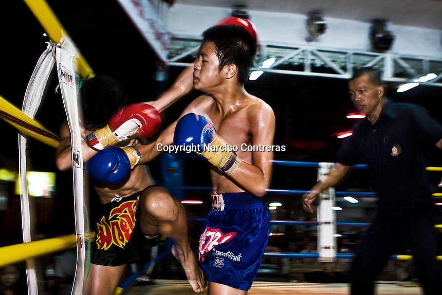 Keng (black short pants) is fighting at one of the most popular boxing arenas in Chiang Mai. Keng was defeated due his opponent was 5 kilos more weight than him.