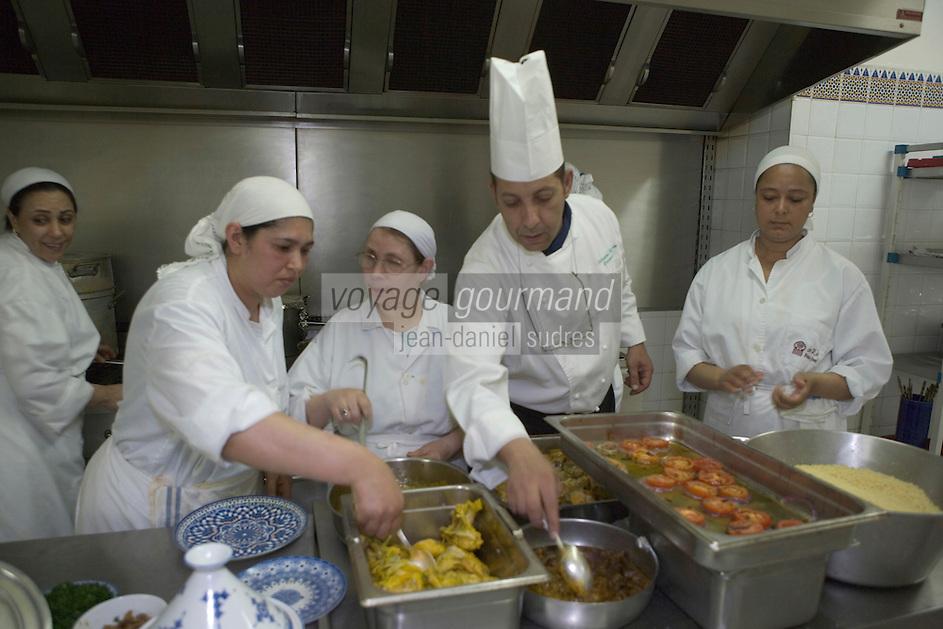 """Afrique/Afrique du Nord/Maroc/Fès: Palais Jamai- Hicham Hassan chef du restaurant """"Al Fassia"""" cuisinier avec sa brigade de femmes"""