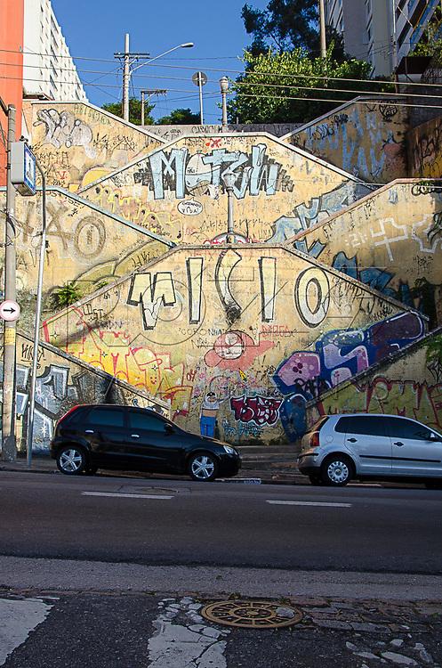 Muro pichado de escadaria entre as ruas Cristiano Viana e Cardeal Arcoverde, São Paulo, 04/2014