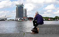 Nederland - Amsterdam - 2019.  Oudere man kijkt over het IJ richting Amsterdam Noord.  Foto Berlinda van Dam / Hollandse Hoogte
