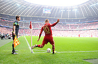 FUSSBALL   1. BUNDESLIGA  SAISON 2011/2012   29. Spieltag FC Bayern Muenchen - FC Augsburg       07.04.2012 Eckball von Arjen Robben (FC Bayern Muenchen) in der Allianz Arena