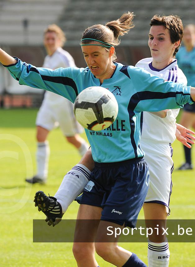 15 Mei 2010 Bekerfinale vrouwen : Sinaai Girls - RSC Anderlecht  : Natalie Vanderstappen in duel met Leen Wouters (achter).foto DAVID CATRY / Vrouwenteam.be