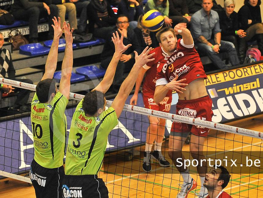 VC Prefaxis Menen - Noliko Maaseik : Hermans Egleskalns tegenover het blok van Menen met Jelle Sinnesael (3) en Nikola Mijailovic (links).foto VDB / BART VANDENBROUCKE