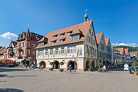 Germany, Baden-Wurttemberg, Black Forest, Haslach: Market Square at centre with townhall | Deutschland, Baden-Wuerttemberg, Schwarzwald, Haslach im Ortenaukreis: Marktplatz im Stadtzentrum mit Rathaus