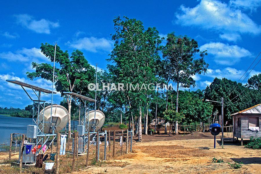 Telefonia com energia solar. Pará. 2004. Foto de Renata Mello.