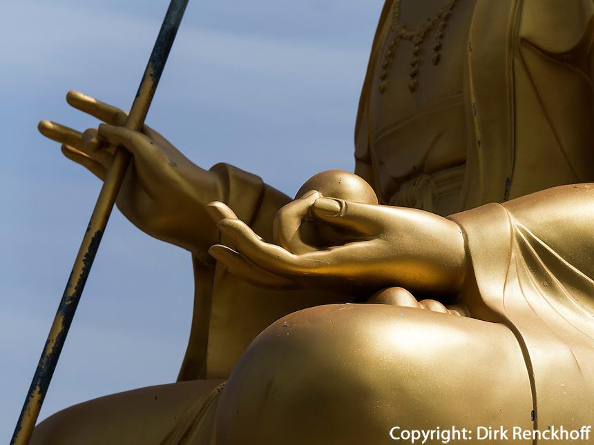 Buddhastatue am Strand, Tempel Haedong Yonggungsa, Busan, Gyeongsangnam-do, S&uuml;dkorea, Asien<br /> Buddha statue at the shore, buddhist temple Haedong Yonggungsa, Busan,  province Gyeongsangnam-do, South Korea, Asia