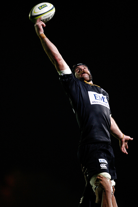 Photo: Richard Lane/Richard Lane Photography. London Wasps v Harlequins. LV= Cup. 30/01/2011. Wasps' Marty Veale reaches for a lineout.